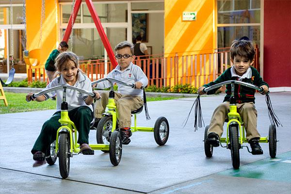 Estudiantes de Jardín de Niños en San luis potosí, andando en triciclo