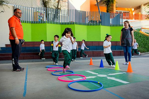 Estudiantes de Jardín de Niños en SLP haciendo deporte