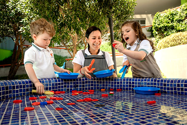 Estudiantes de Jardín de Niños en SLP con su profesor.