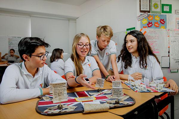 Estudiantes de Secundaria en SLP aprendiendo con el sistema constructivista.
